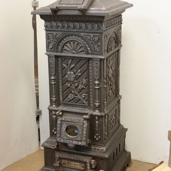 Cast-iron stove no. 1165 Rare, lavishly decorated cast-iron stove Britannia No.1, produced by the stove manufacturer Riessner & Co in Nuremberg