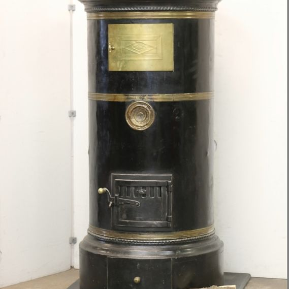 Cast-iron stove no. 1727, stunning cylindrical stove with original cold rolled steel coating, with old paintwork. Original knobs, heating compartment door, soot connector and decorative strips in brass.