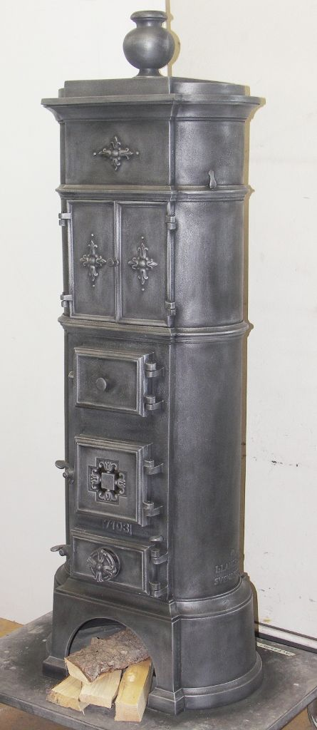Danish cast-iron stove no. 1708, fully restored and refurbished with large cooking and heating compartment